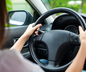 How to hold a car steering wheel?